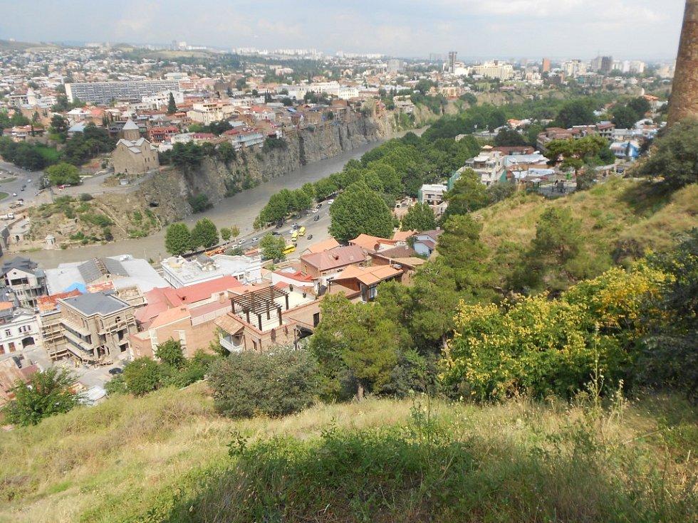 Pohled na Tbilisi z kopce na kterém stojí socha matky vlasti