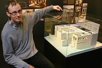 Petr Domanický ukazuje jeden z exponátů