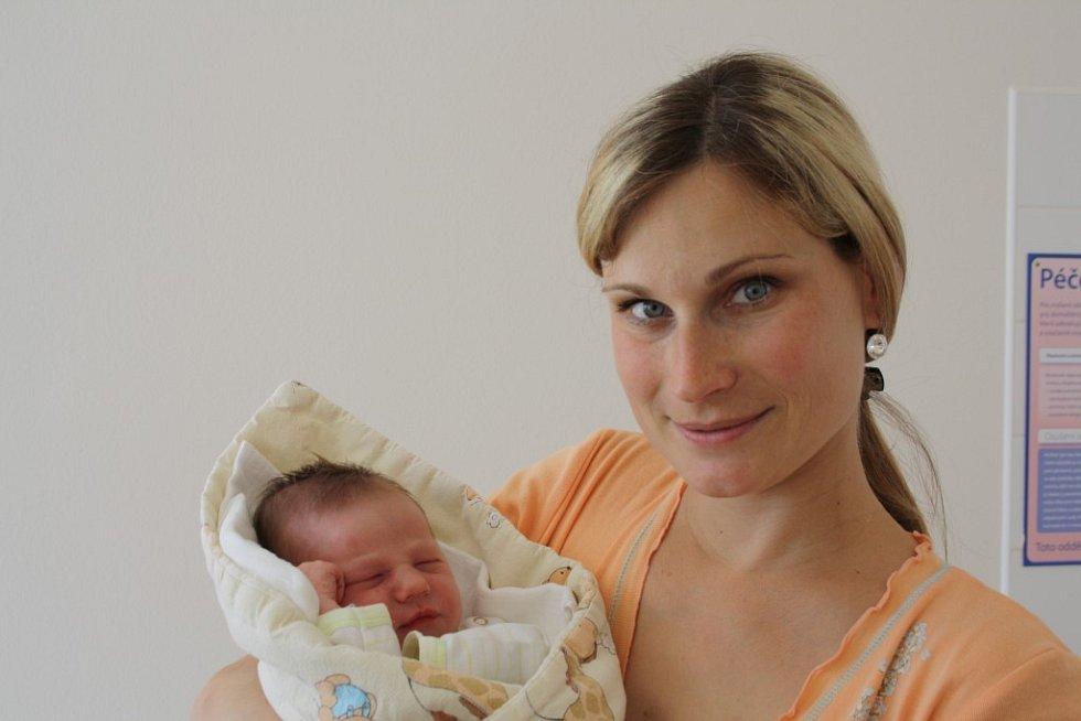 Šimon Harlas (3,37 kg, 50 cm) zChrástu přišel na svět 26. 4. ve 21:07 hodin v Rokycanech. Rodiče Alena a Jakub věděli,  že i druhé dítě bude kluk, doma už mají Tadeáše (5 let)