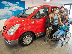 Rodina Směšných z Plzně do Ostrovců na Tachovsku, kde bydlí, vyrazila novým vozem. Automobil je speciálně uzpůsobený pro hendikepovaného Filípka.