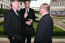 Dnů Plzně se v květnu 2006 zúčastnil tehdejší plzeňský primátor Miroslav Kalous (uprostřed), senátor Jiří Šneberger (vpravo) a předseda Senátu Přemysl Sobotka.