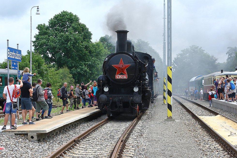 Parní vlak s lokomotivou řady 434.2. dovezl mnoho příznivců lokálek na oslavy 120 let lokální trati Pňovany – Bezdružice. Hlavním lákadlem oslav, které pokračují i v neděli, jsou jízdy historickými vlaky.