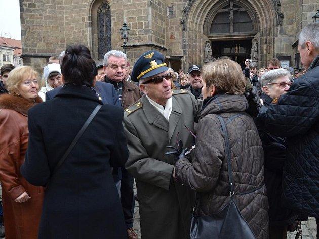 Poslední rozloučení s generálem Miroslavem Štanderou proběhlo v katedrále sv. Bartoloměje v Plzni