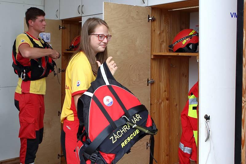 01 – Na Stanici první pomoci v Kempu Keramika jsou záchranáři připraveni pomoci na vodní ploše a blízkém okolí.