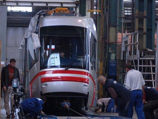 Pracovníci firmy Škoda Transportation včera naložili první z dvaceti objednaných tramvají pro brněnský dopravní podnik. Vůz je 37 metrů dlouhý.