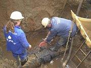 Zatímco probíhaly opravy, obyvatelé museli pro vodu do přistavené cisterny.