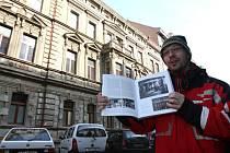 Městský památkář Karel Zoch před domem, kde nalezl části Loosova interiéru.