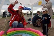 Na rybáře si mohly zahrát děti, které v sobotu navštívily Sport park v Doudlevcích, kde byly připraveny i další atrakce, jako chození na chůdách