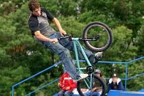 Tomáš Řanda, mistr světa v disciplíně free style BMX, neboli jízdě na kole na U–rampě, předvedl svoje umění v sobotu ve sport parku v Doudlevcích