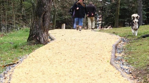 Běžecká dráha na Homolce má měkký povrch z dřevěné štepky