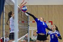 Přetlačit míč na polovinu soupeřek se ve vítězném duelu s Českými Budějovicemi snaží plzeňská Lucie Opavová, vpravo vše sleduje její spoluhráčka Kristýna Blažková.