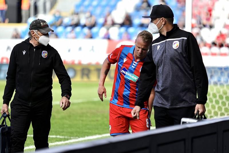 Z posledního ligového zápasu s Příbramí odkulhal David Limberský s bolestivou grimasou.