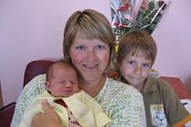 Šestiletý Adámek Závora z Vejprnic má ze své novorozené sestřičky Zuzanky (3,62 kg/50 cm) velkou radost. Holčička se narodila rodičům Petře a Danielovi 3. června v 9.30 hod. ve FN v Plzni