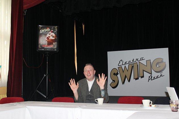 MARTIN JURÁČEK  (na tomto snímku) představuje 8. electroswingový večírek v plzeňském Pekle, na kterém mimo jiné zahraje vyhledávaný DJ JAMIE BERRY (dolní snímek) z Velké Británie.