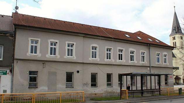 Bývalá ubytovna na náměstí.
