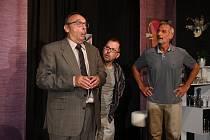 Do své 23. sezony vstoupí v pondělí 6. září plzeňské Divadlo Pluto. Zahájí ji premiérou klasické francouzské komedie Francise Vebera Blbec k večeři. Na snímku zleva  Pavel Kikinčuk, Jiří Bláha a Daniel Rous.