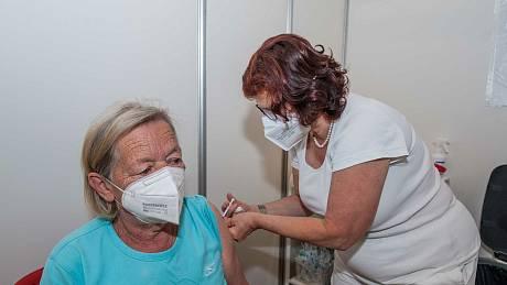 Očkování ve velkokapacitním očkovacím centru v Plzni. Ilustrační foto.