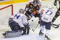 Utkání 4. kola hokejové extraligy: HC Verva Litvínov - HC Škoda Plzeň, 7. listopadu 2020 v Litvínově. Zleva brankář Plzně Dominik Frodl, Patrik Zdráhal z Litvínova a Milan Gulaš z Plzně.
