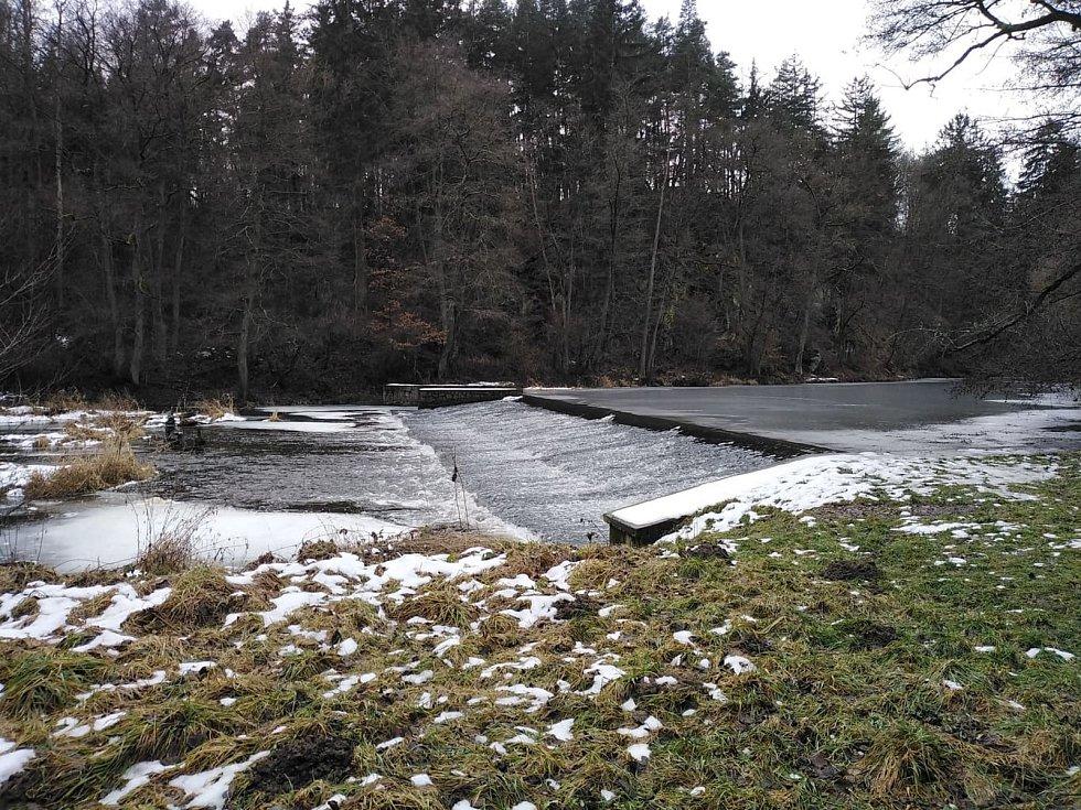 Mže v Máchově údolí nedaleko Svojšína.