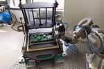 Robot při zakládání elektroniky do testeru.