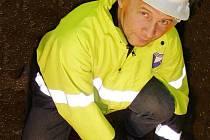 Během pátečního dopoledne opravili pracovníci VAK KV prasklé vodovodní potrubí. Na snímku Antonín Lacina ze Stříbra