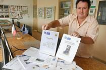 Bohumír Sobotka ukazuje učebnice, které vytvořili učitelé Středního odobného učiliště elektrotechnického v Plzni