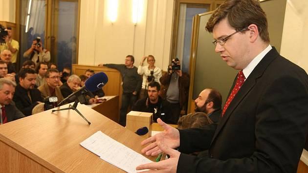 Na právnické fakultě v Plzni volil v pondělí 2. listopadu akademický senát nového děkana. Stal se jím Jiří Pospíšil