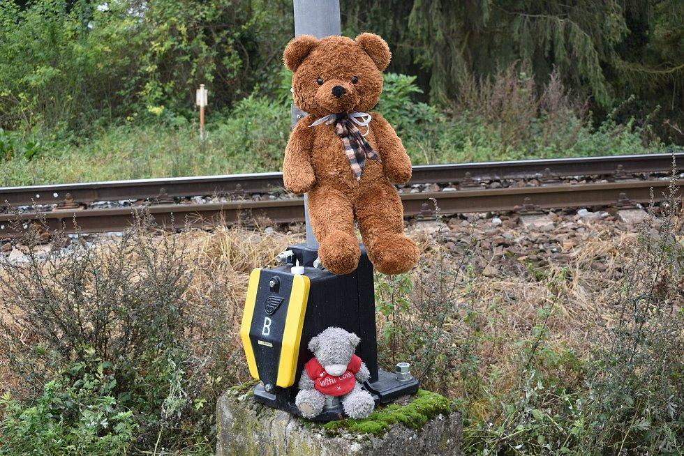 Železniční přejezd v Borovech den poté, co tam vlak 6. října 2020 srazil devítiletou dívku.