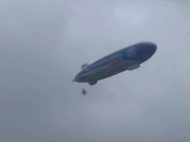 Fotografie průletu vzducholodi ZF Zeppelin od čtenářů Deníku.