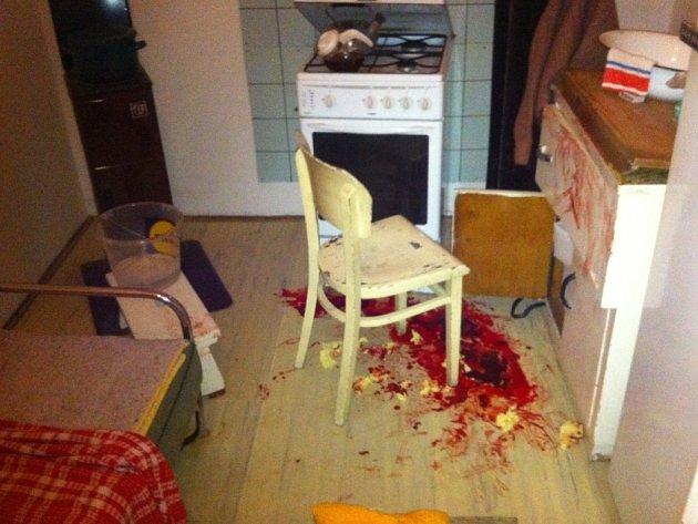 Čtyřiaosmdesátiletou seniorku zachraňovali strážníci v pátek večer v jejím bytě. Nalezli ji v kaluži krve.