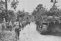 Jednotky VII. sboru postupují po silnici z Périers do St. Lo