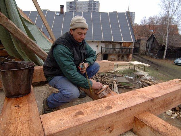 Chátrající statek na Bolevecké návsi začali opravovat památkáři.  V těchto dnech vrcholí obnova krovu nad chlévy. Z usedlosti má být už za rok vesnické muzeum.