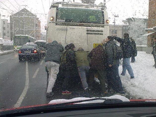 V Němejcově ulici pasažéři trolejbusové linky číslo 15 museli vlastními silami pomáhat vozu, aby se dostal do míst, kde jsou troleje napájeny elektřinou