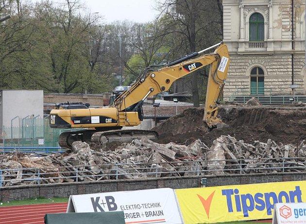 Bagry demolují tribuny za brankami na stadionu ve Štruncových sadech