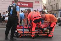 Mladá žena vypadla z jedoucího auta na křižovatce Husovy ulice a Husova náměstí