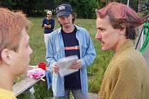 Režisér filmu Andaro: Legenda o Velkém Nic Roman Forst (uprostřed) debatuje při natáčení snímku s herci. Jiřím Koutem  (vlevo) a Patrikem  Lochschmidtem.