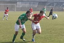 Fotbalisté Dynama ZČE Plzeň (v červeném) se v sobotu radovali z první výhry v divizi.