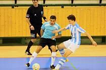 Futsalisté Interobalu Plzeň jsou vicemistry České republiky pro sezonu 2015/16. Na snímku z finálového utkání proti Helasu Brno je plzeňský obránce Martin Trojovský (vpravo).