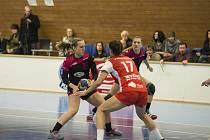 Mezi třemi soupeřkami, které házenkářky DHC Plzeň porazily, byly ženy Veselí nad Moravou. Na snímku ze vzájemného utkání útočí Karolína Pejšková (s míčem).