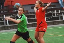 Obránkyně Tymákova Lucie Václavíková (v červeném) při nedostatku hráček nastupovala často i v útoku.
