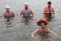 Novoroční plavání ve Velkém boleveckém rybníku patří k tradicím otužilců KSO Plzeň. První den nového roku se jich sešlo přes tři desítky, nechyběl ani vodník v podání Stanislav Ruse