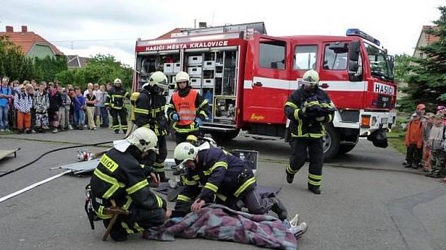 Kralovičtí hasiči při ukázce zásahu ve škole.