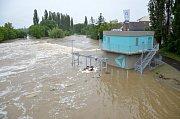 Povodeň v Plzni u Malostranského mostu v Doudlevcích