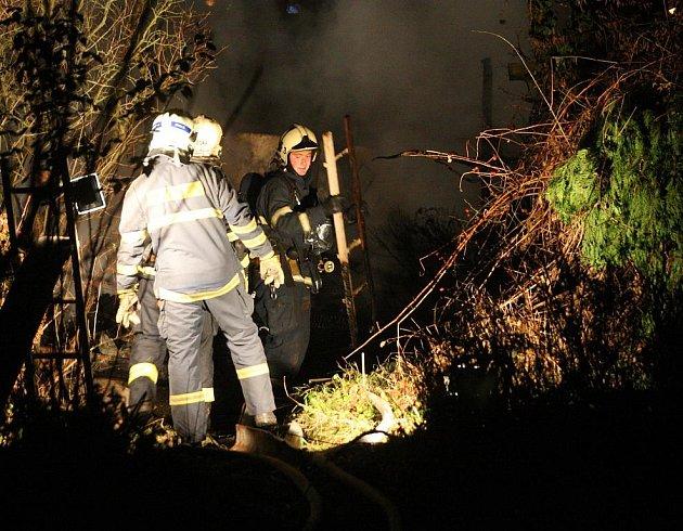 Při požáru zahradní chatky v Plzni uhořel muž.