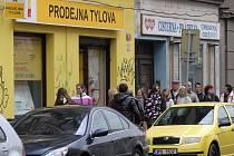Fronta před prodejnou PMDP v Tylově ulici