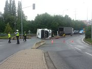 Převrácený kamion komplikoval v úterý ráno dopravu v centru Plzně.