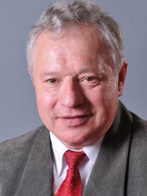 František PODLIPSKÝ (58), šéf kontrolního výboru. Ženatý, dvě děti a dvě vnoučata. Býval tajemníkem městského úřadu a také starostou v Boru. Nyní pracuje pro ČOI. Byl a je členem KSČM