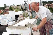 Zateplení budovy a nová fasáda na 28. základní škole v Lobzích  patří mezi ty nákladnější práce, jež se ve školách o prázdninách provádějí. Jinde dělníci opravují střechy nebo rozvody vody