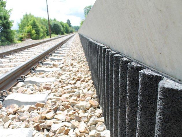 Pryžová vlna je vyrobena z recyklovaných pneumatik. Má zachycovat hluk přímo u zdroje – u kol jedoucích po kolejnici