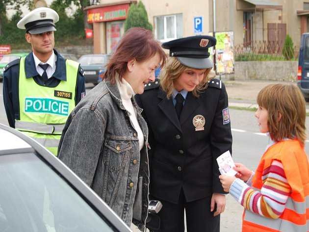 U autobusové zastávky v Nezvěsticích se 10. září uskutečnila preventivně dopravní akce Jezdíme s úsměvem. Motoristé, kteří měli všechno v pořádku, dostali od dětí z místní ZŠ samolepku s autíčkem, které se směje. V opačném případě zamračené autíčko